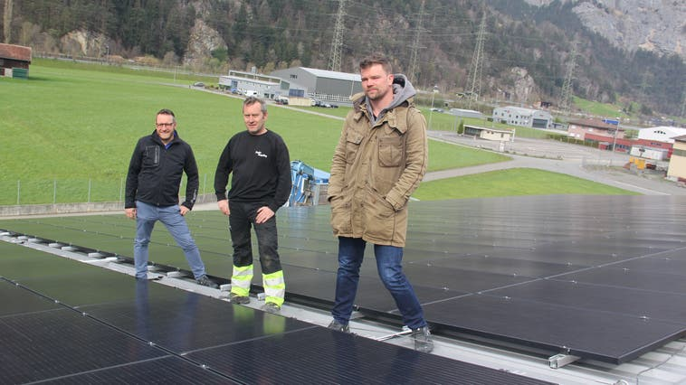 Von rechts: Ruben Scherbeitz (Thermotec 2000 AG), Christoph Ziegler (Ziegler Recycling AG),  sowie Walter Tresch (Leiter Dienstleistungen Gemeindewerke Erstfeld) stehen auf Uris grösster Fotovoltaikanlage. (Bild: Paul Gwerder (Erstfeld, 9. April 2021))