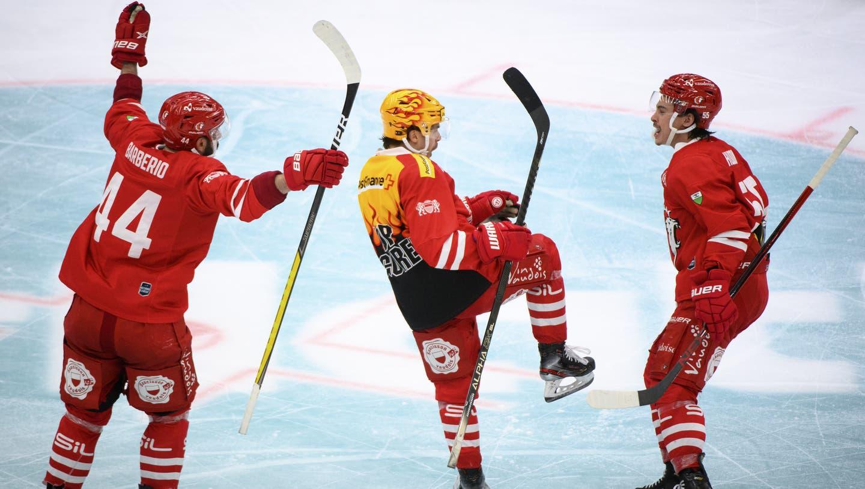 Er war der Held des Abends: Denis Malgin (Mitte) sichert seinen Lausannern den Sieg gegen die ZSC Lions. (Laurent Gillieron / KEYSTONE)