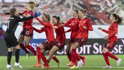 Jubel bei den Schweizer Frauen nach dem gewonnenen Penaltyschiessen. (Bild: Alessandro Della Valle / Keystone (Thun, 13. April 2021))