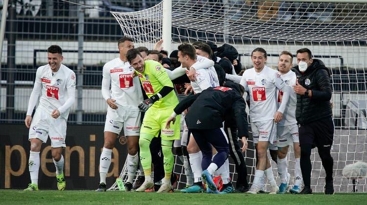 Marius Müller wird von seinen Kollegen geherzt, nachdem er ihnen den Einzug in den Cup-Halbfinal gerettet hat. (Martin Meienberger)