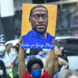 Ab Dienstag hat die Verteidigung von Derek Chauvin das Wort. Auf den Strassen gehen die Proteste der Black-Lives-Matter-Bewegung weiter. (AP)