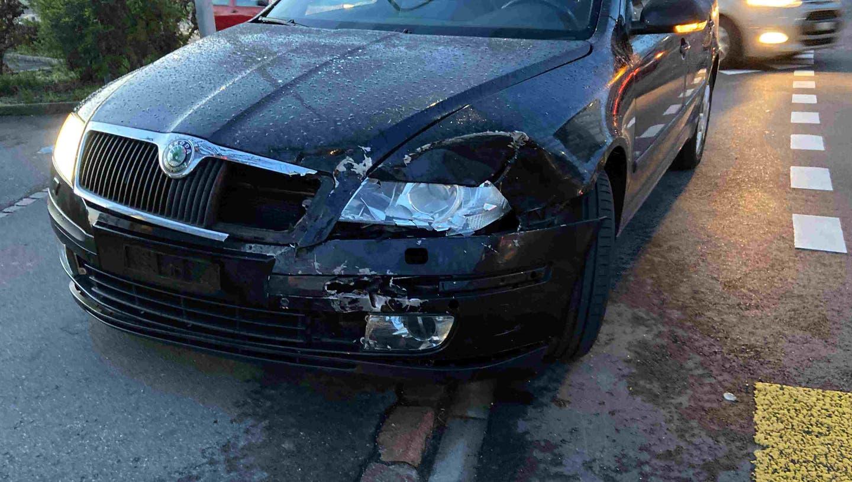 Reinach AG, 13. April: Der Fahrer des Skoda Octavia (im Bild) missachtete ein Rotlich und kollidierte mit einem korrekt abbiegenden Fahrzeug. Trotz grossem Sachschaden wurde niemand verletzt. (Kapo AG)