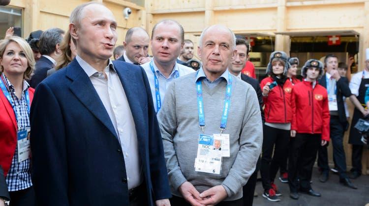War es der Walliser Weissweinzum Raclette oder doch der Charme des damaligen Bundespräsidenten Ueli Maurer? Russlands Präsident Wladimir Putin scheint vom Besuch im House of Switzerland bei den Olympischen Spielen 2014 in Sotschi sehr angetan. (Präsenz Schweiz)