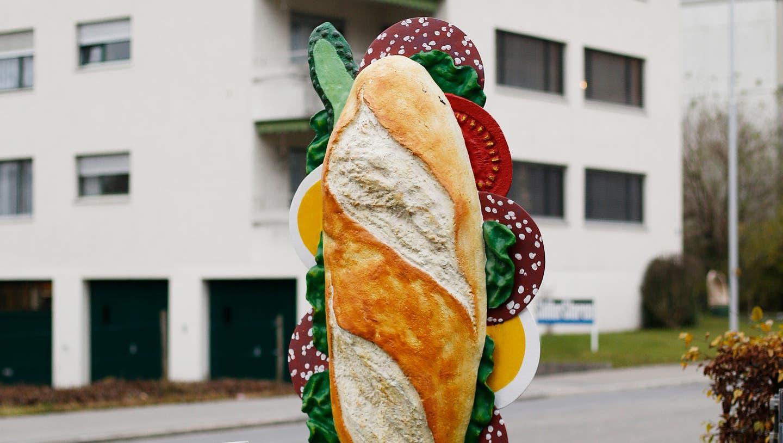 Zug: Viele Betriebe werben mit dreidimensionalen Esswaren wie das Sandwich beim Volg.Zuger Zeitung/Stefan Kaiser (Stefan Kaiser (zuger Zeitung) / Zuger Zeitung)
