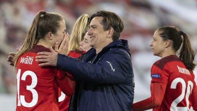 Kapitänin Lia Wälti und Trainer Nils Nielsen Nils freuen sich über die geschaffte Qualifikation. (Alessandro Della Valle / Keystone)