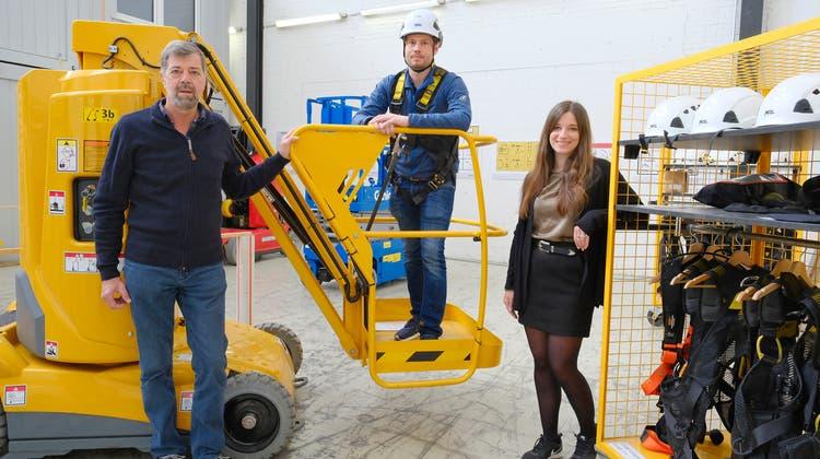 Georg, Michael und Carina Wyss (von links) in der grossen Halle des Kompetenzzentrums für Arbeitssicherheit. (Bild: Kenneth Nars (Pratteln, 30.3.2021))