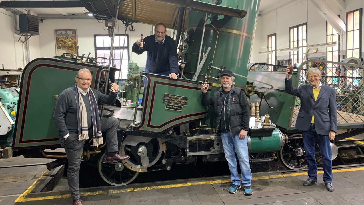 Von links: Karl Bucher (v.l.), Martin Horath, Andreas Brand und Paul Richli stossen mit dem Lok7-Bier auf die Instandstellung der Lok Nr. 7 der Rigi Bahnen an. (Bild: PD)