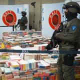 Deutsche Zollbeamte präsentieren einen Kokainfund von mehreren Tonnen (Archiv). (Keystone)