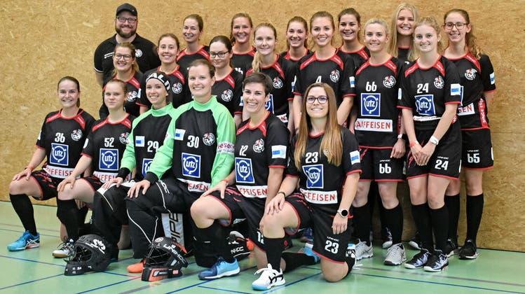 Das Damen-1-Team des UHC Bremgarten mit Trainer und Präsident Lars Zaugg (hinten links) vor der vergangenen Saison. (Bild: zvg)