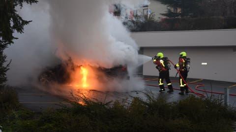 20 Angehörige der Gossauer Feuerwehr rückten am Montag zu einem Fahrzeugbrand an der Hügelstrasse aus. (Bild: Kantonspolizei St.Gallen)