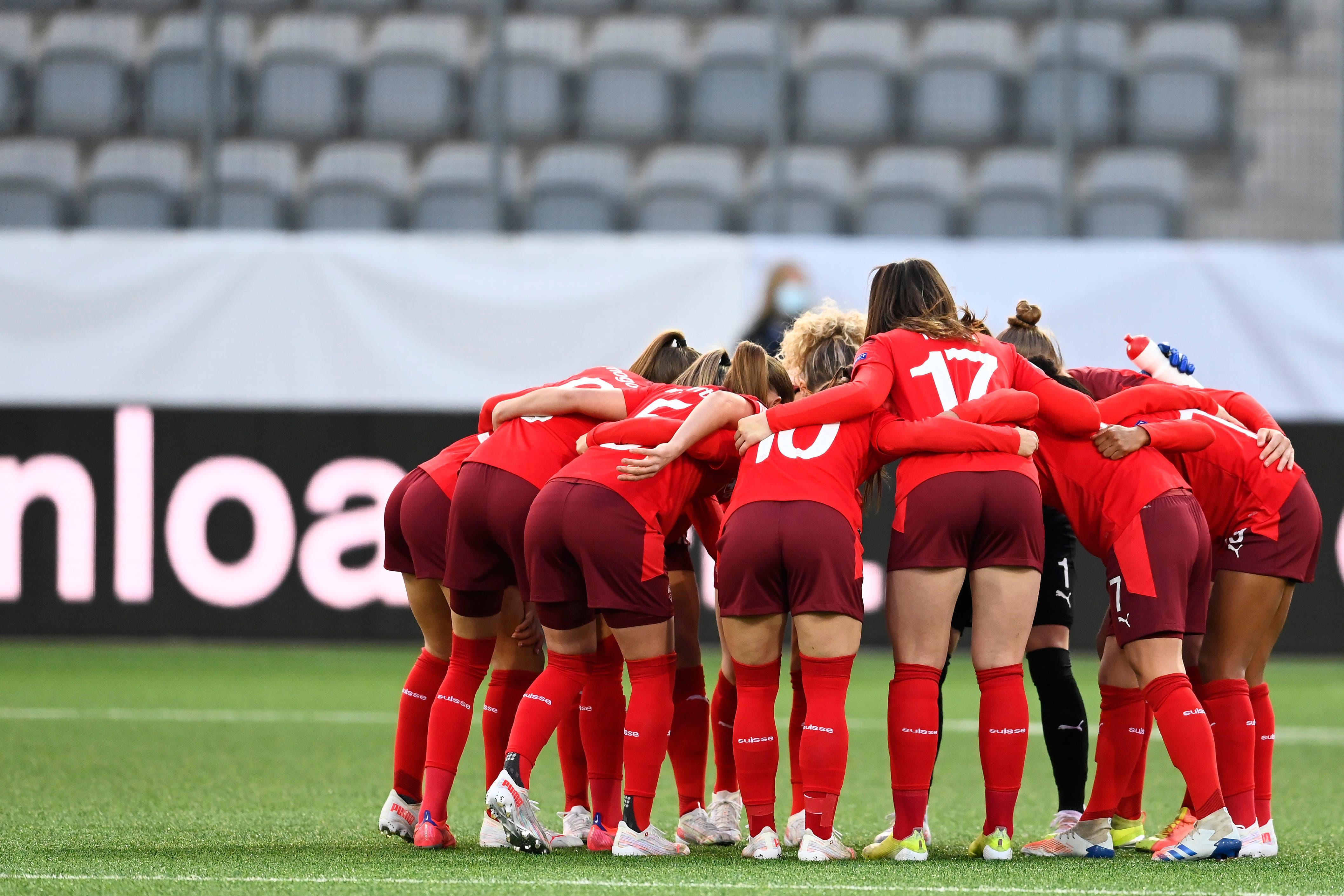 Die Schweizerinnen fokussieren sich vor Spielbeginn.