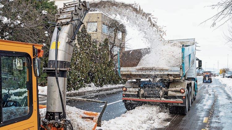 Verschmutzter Schnee gehört auf ein Depot: Der Kanton prüft strengere Vorschriften