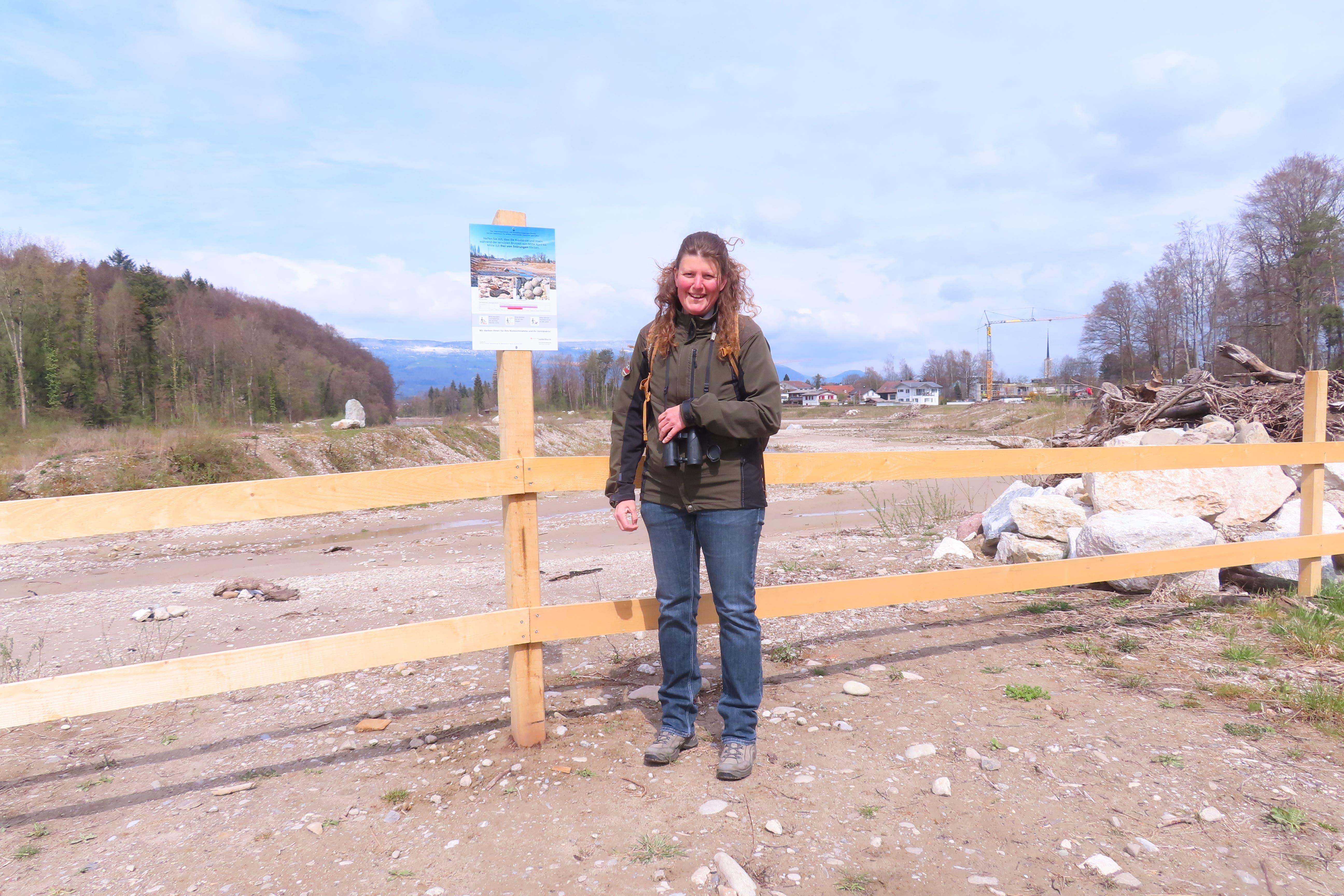 Rangerin Iris Baumgartner vor der Abschrankung an der Emme in Derendingen.