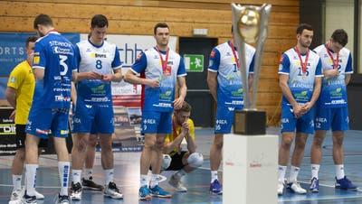 Der Pokal geht an den Gegner. Den enttäuschten Amriswilern bleibt die Medaille für die Zweitplatzierten. (Salvatore Di Nolfi/ Keystone)