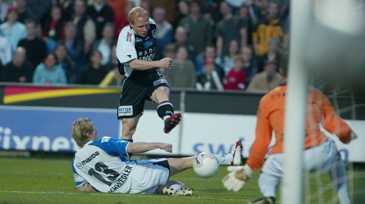 Da war die Aarauer Welt noch in Ordnung: Rainer Bieli schiesst das frühe 1:0 am 14. April 2005 Cup-Halbfinal gegen Luzern. Am Ende zogen die Innerschweizer dank des 2:1-Erfolges in den Final ein. (Rolf Jenni / SPO)