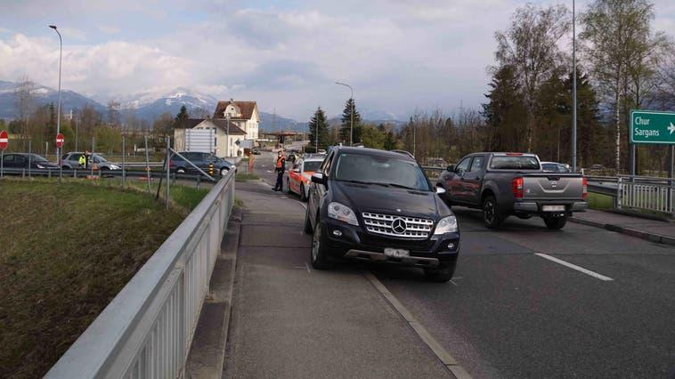 Als Folge des Unfalls beim Grenzübergang Oberriet kam es rund um die Ein- und Ausfahrt der Autobahn A13 zu Verkehrsbehinderungen. (Bild: Kapo)