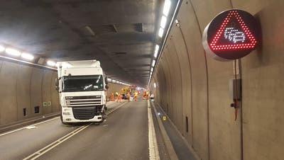 Der slowakische Lastwagen nach der Frontalkollision im Gotthardtunnel. (Bild:Kantonspolizei Uri)