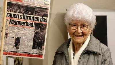 Berty Sutter besuchte am Mittwoch die Ausstellung «Frauen sprengen Fesseln!» im Baronenhaus. Dort sah die Wilerin auch das Zeitungsfoto von sich, wie sie 1967 über den Zaun der Badi Weierwies kletterte. (Bild: Larissa Flammer)