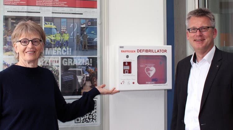 Beim Gemeindehaus in Gipf-Oberfrick wurde ein Defibrillator installiert. Im Bild Gemeindeammann Regine Leutwyler und Marc Jäger, Vorsitzender der Bankleitung. (Zvg)