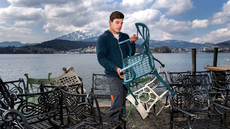 Joel Buchmann bereitet die Sunset Bar der «Seeburg» für die Wiedereröffnung vor. (Bild: Eveline Beerkircher (Luzern, 14. April 2021))