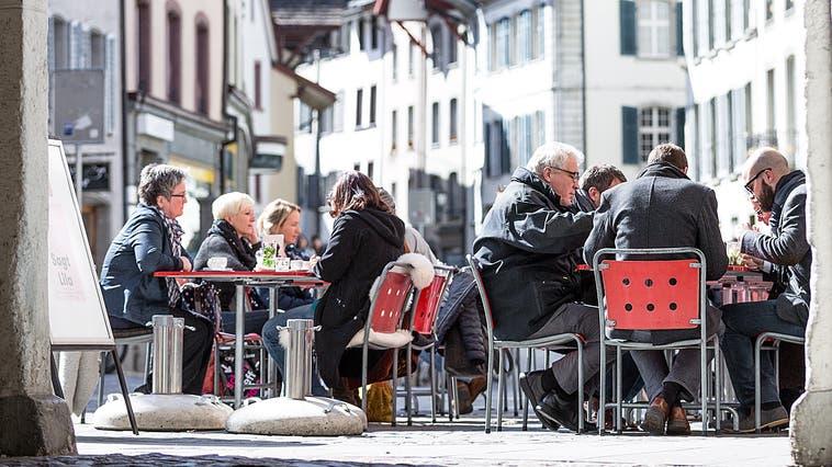 Dass ein Lokal im Freien durchaus schon im Frühling gut besucht sein kann, zeigt dieses Bild von der «Tuchlaube» in Aarau vom 12. März 2015. (Sandra Ardizzone)
