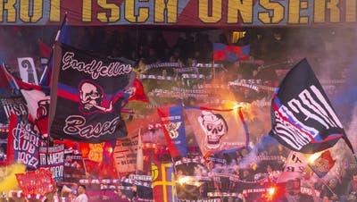 Nicht nur vor der VW-Filiale brachten die FCB-Fans ein solches Banner an. (Twitter)