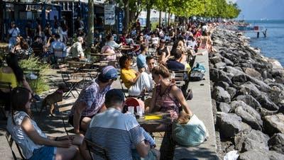Restaurants dürfen ab Montag wieder draussen Tische aufstellen.(Genf, 17. Mai 2020) (Key/Jean-Christophe Bott)