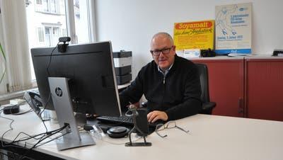 Der Ebnat-Kappler Gemeindepräsident Jon Fadri Huder holt sich mit alten Werbeplakaten von Ebnat-Kappler Unternehmen Farbtupfer in sein Büro. (Bild: Sabine Camedda)
