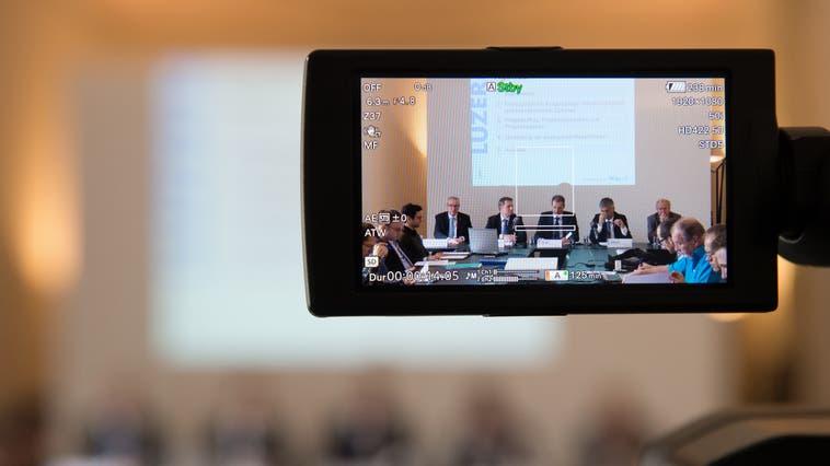 Die Luzerner Regierungsräte kommunizieren vor den Medien Sparmassnahmen. (Bild: Eveline Beerkircher (Luzern, 16. März 2016))