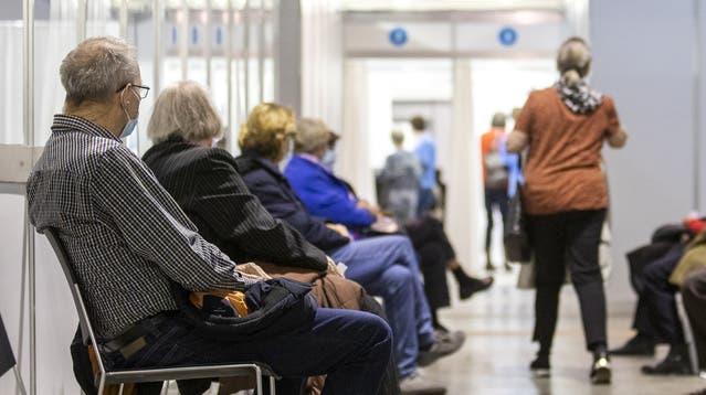 Impfstart im Limmattal: Im Covid-19-Impfzentrum in der Stadthalle in Dietikon erhalten angemeldete Ü-75-Bürger die erste Dosis des Impfstoffs von Pfizer-BioNTech. Fotografiert am 6. April 2021. (Sandra Ardizzone / AGR)