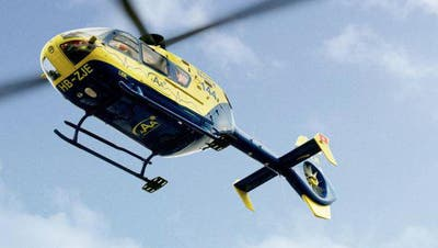 Der AAA-Rettungshelikopter hebt nach einem Notfalleinsatz beim Thermalbad Zurzach wieder ab. (Bild: Alex Spichale (6. April 2020))