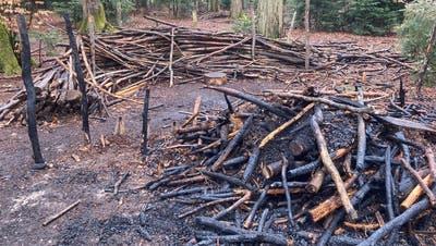 Viel ist vomWaldsofa der Waldspielgruppe Kreuzlingen nach dem Brand nicht mehr übrig. (Bild: PD)