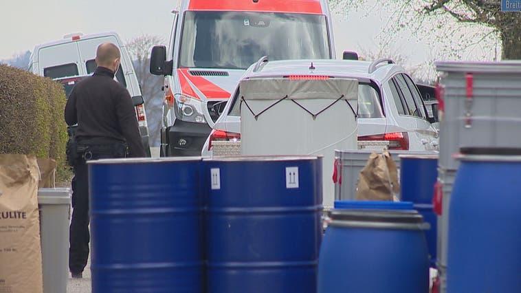 In der Quartierstrasse stehen mehrereFässer auf Paletten. (BRK News)