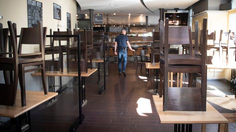 Vorläufig bleibt drinnen aufgestuhlt: Auch für Privatanlässe mit zehn Personen dürfen Wirte ihre Lokale im Aargau nicht öffnen. (Symbolbild: Ralph Ribi)