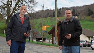Thomas Marti (links) und Anton Fankhauser beim Buswendeplatz in Rohr, die abgestellte Handyantenne im Hintergrund. Sie wurden nicht darüber informiert, dass eine mehrwöchige Versorgungslücke entsteht. (Bruno Kissling)