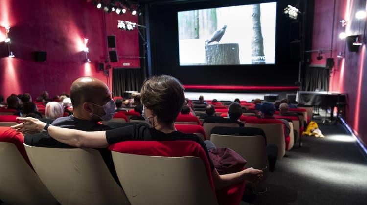 Das Kinoerlebnis mit Maske und begrenzter Gästezahl ist ab Montag wieder möglich. (Bild: Laurent Gillieron / Keystone)