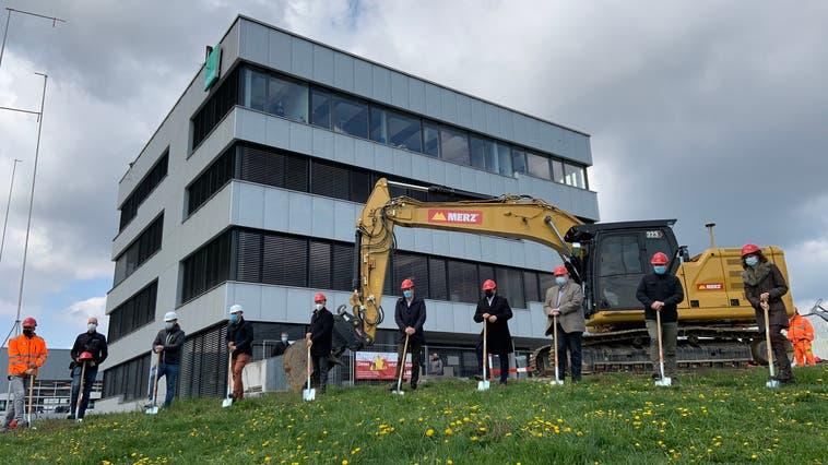 Spatenstich mit Maske und Abstand: Die Firma Bechtle vergrössert ihren Schweizer Hauptsitz. (Bild: Andreas Fretz)