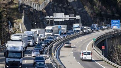 Am Osterwochenende wurde in Göschenen nicht nur gebaut. Auf der A2vor dem Gotthardtunnel staute sich auch der Verkehr. (Bild: KEYSTONE ( 1. April 2021))