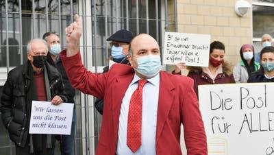 EVP-Präsident Thomas Schäfli übergibt die Box mit den Unterschriften den Vertretern der Post. Und er gibt ihnen auch noch Worte des Unverständnisses mit auf den Weg. ((Bild: Donato Caspari))