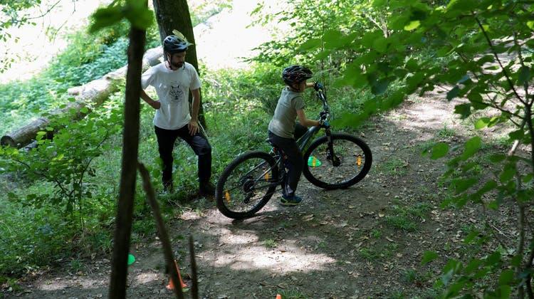 An den Bike-Camps von Focused Riders lernen Kinder und Jugendliche zwischen 10 und 15 Jahren das Mountainbiken im Wald. (Bild: David Steiger)