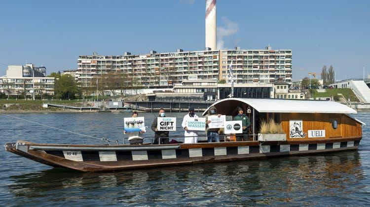 Unterstützer des Vereins «Für eine Schweiz ohne synthetische Pestizide» auf dem Weg zur Petitionsübergabe an Syngenta in Basel am Donnerstag. (Georgios Kefalas / KEYSTONE)