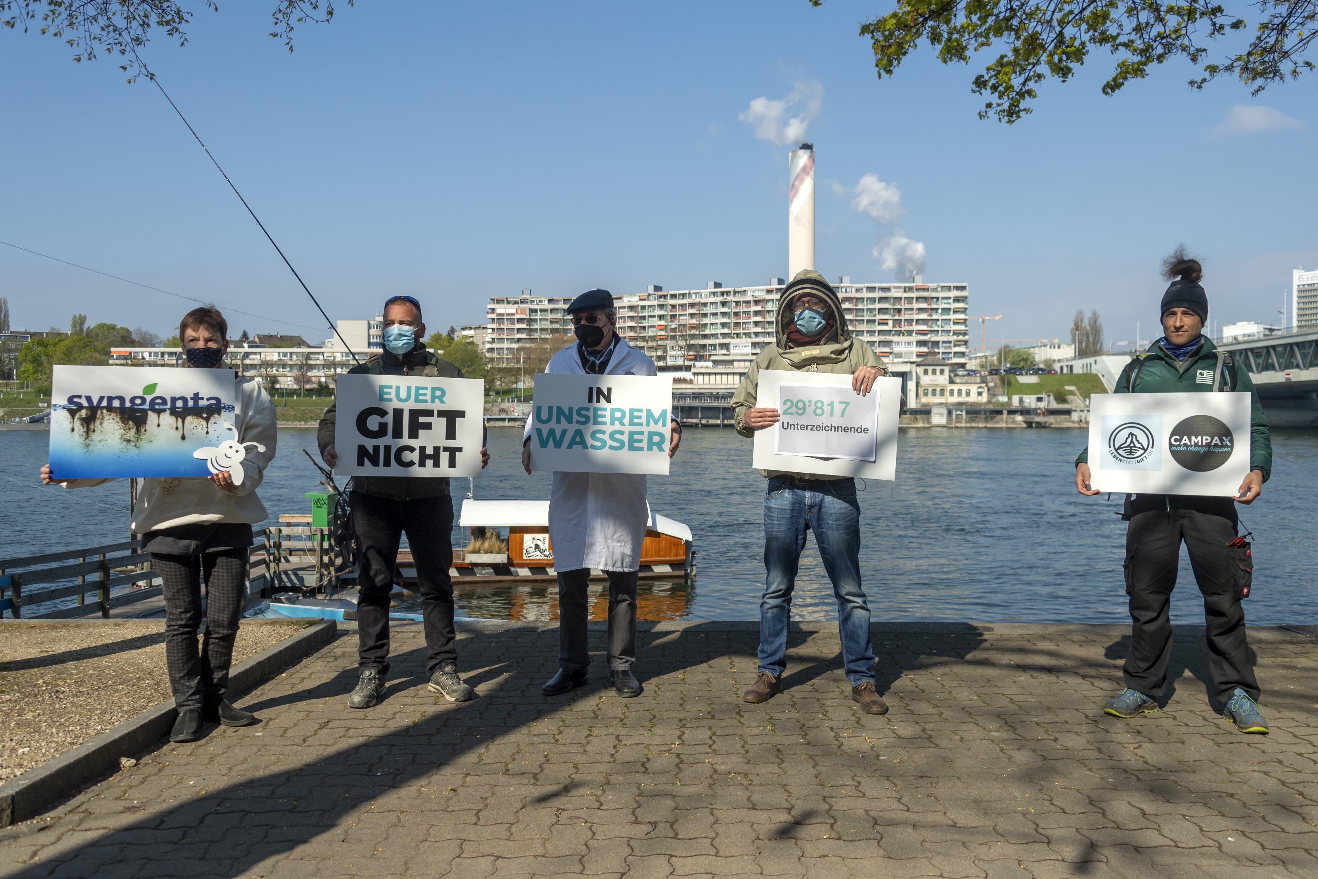 Unterstützer des Vereins «Für eine Schweiz ohne synthetische Pestizide» auf dem Weg zur Petitionsübergabe an Syngenta in Basel am Donnerstag.