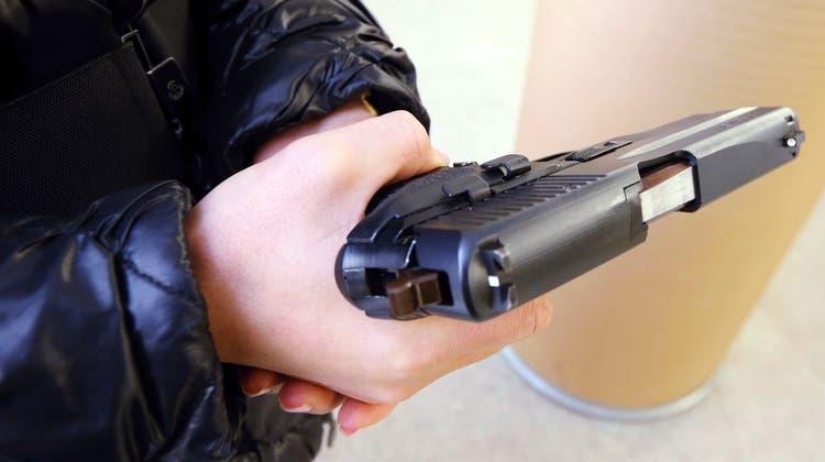 Nach einem langen Weg durch die Instanzen darf ein Aargauer, der streng gläubiger Muslim ist, nun doch eine Pistole erwerben. (Symbolbild: Werner Schelbert)