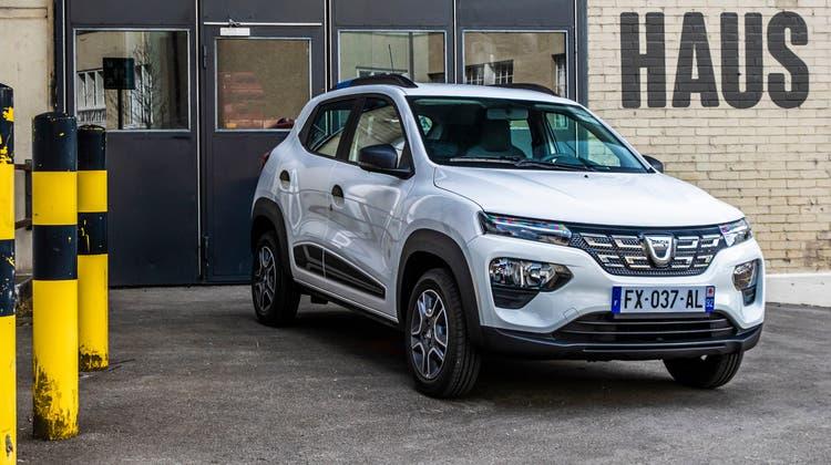 Der kleine Crossover kommt in typischer Dacia-Optik daher – aussen und innen. An Front und Heck kommt das Serienmodell mit LED-Leuchten. (Bild: zVg)