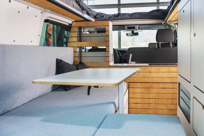 Die Inneneinrichtung wird von der Bullimanufaktur in Hamburg hergestellt und von Martin eingebaut.