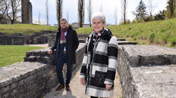 Gemeindepräsidentin Heidi Ammon und Michael Schleuniger, Leiter der Abteilung Finanzen, präsentieren den erfreulichen Rechnungsabschluss im Amphitheater. (Bild: mhu (15. April 2021))