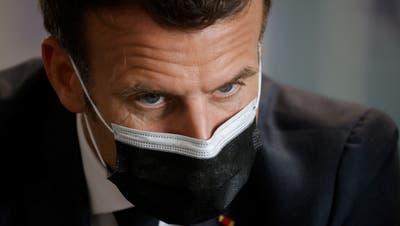 Kommt nicht gut weg in seinem Land: 61 Prozent der Franzosen sagen, Emmanuel Macron habe die Krise nicht im Griff. (Ludovic Marin/AP)
