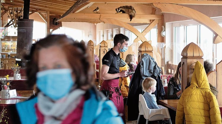 Willkommen in der freisten Ecke Deutschlands: Augustusburgs Bürgermeister Dirk Neubauer hat seine Kleinstadt in ein Experimentierfeld verwandelt. (Bild: Jan Woitas/DPA)