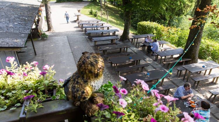 Die Waldschenke Altberg oberhalb von Oetwil bedient am Montag wieder Gäste auf ihrer Terrasse. (Archivbild: Severin Bigler (17. August 2017))