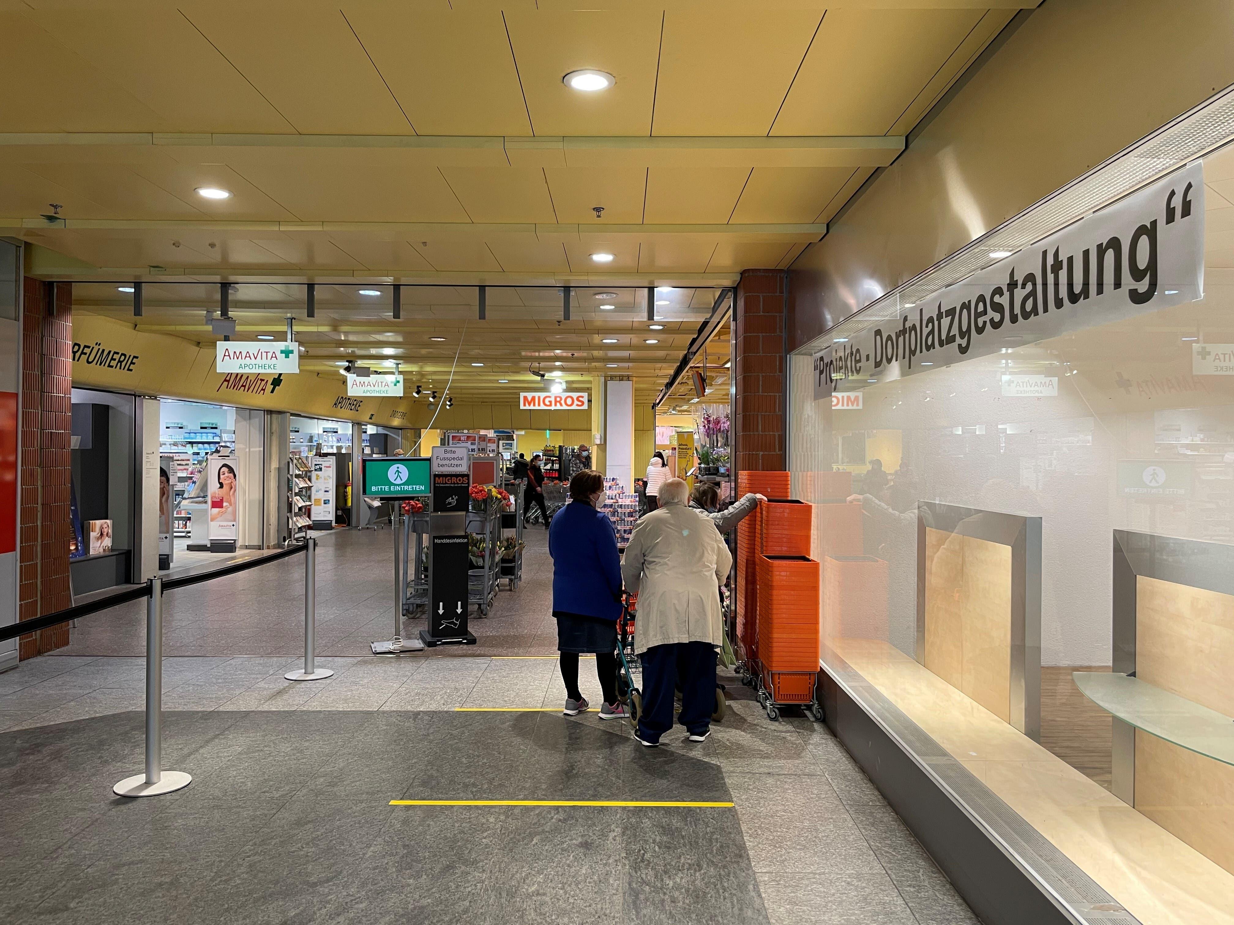 Die Apotheke macht Platz für einen Ausbau der Migros-Filiale. Die leere Verkaufsfläche (rechts) wird zweigeteilt: Hier ziehen ein noch unbekannter Mieter sowie das Schmuckgeschäft, das aktuell noch bei der Bushaltestelle ist, ein.